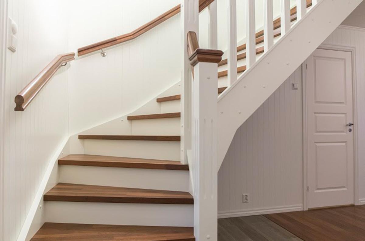 KLASSISK: Her er en av våre klassiske trapper.